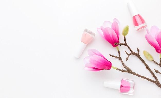 Vista dall'alto prodotti per manicure e fiori con spazio di copia Foto Premium