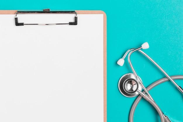 Appunti medici vista dall'alto con stetoscopio Foto Premium
