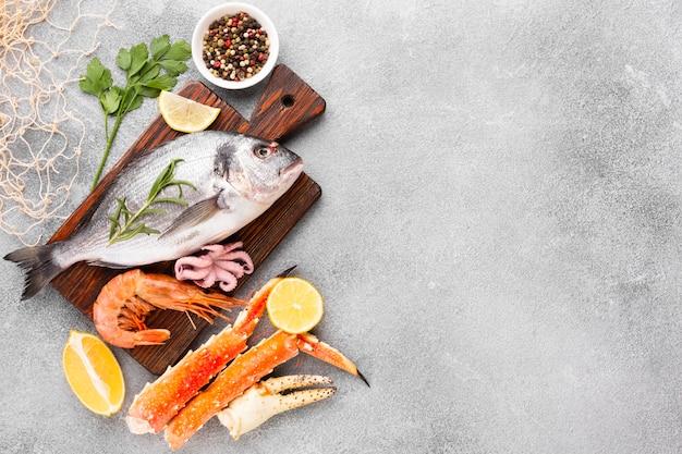Vista dall'alto mix di deliziosi frutti di mare Foto Premium