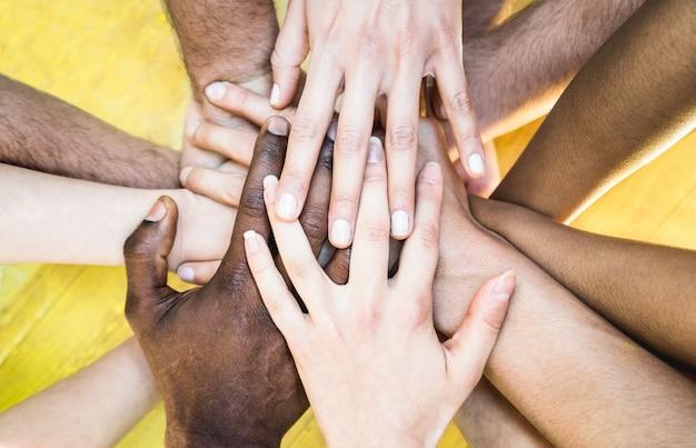 Vista superiore delle mani impilabili multirazziali - concetto di amicizia internazionale con persone multietniche Foto Premium