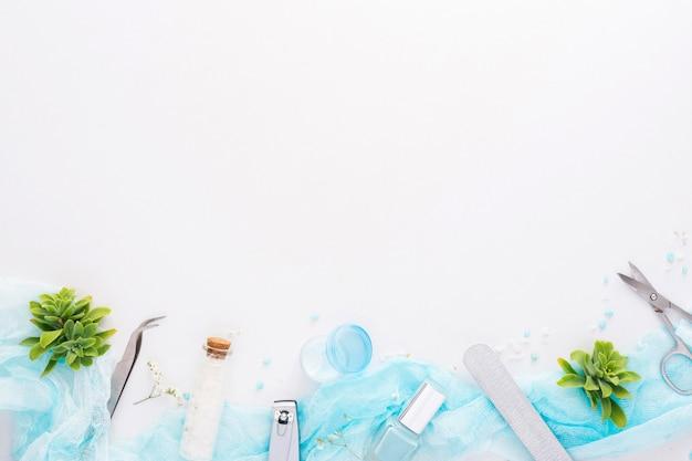 Disposizione degli elementi di cura delle unghie vista dall'alto con lo spazio della copia Foto Premium