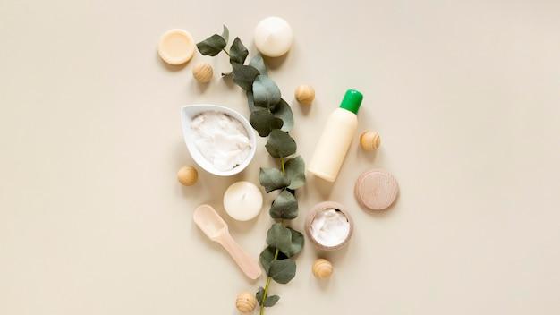 Vista dall'alto del concetto di cosmetici naturali Foto Premium