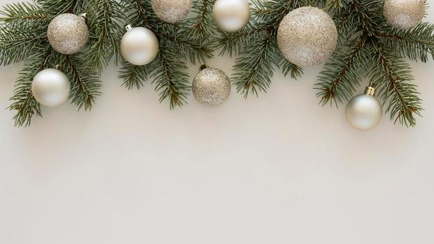 Vista dall'alto aghi di pino naturale e palle di natale Foto Premium