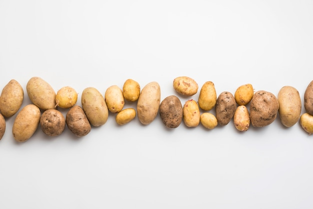 Vista dall'alto patate naturali allineate Foto Premium
