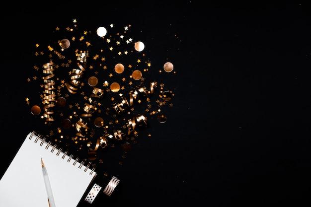 Vista dall'alto sul taccuino con la lista dei desideri del nuovo anno Foto Premium