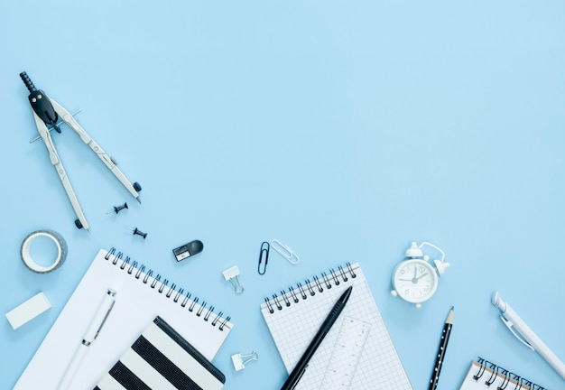 Notebook vista dall'alto su sfondo blu Foto Premium