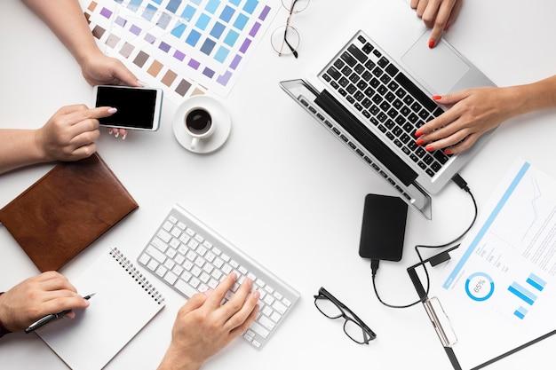 Assortimento di scrivanie da ufficio vista dall'alto per grafici Foto Premium