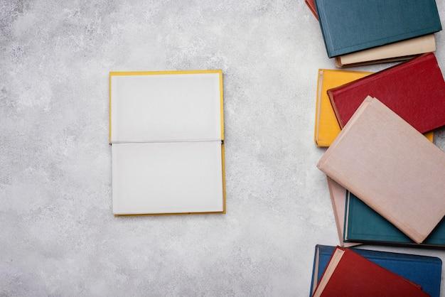 Vista dall'alto del libro con copertina rigida aperta Foto Premium