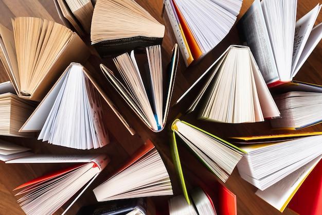 Vista dall'alto aperto libri sul tavolo Foto Premium