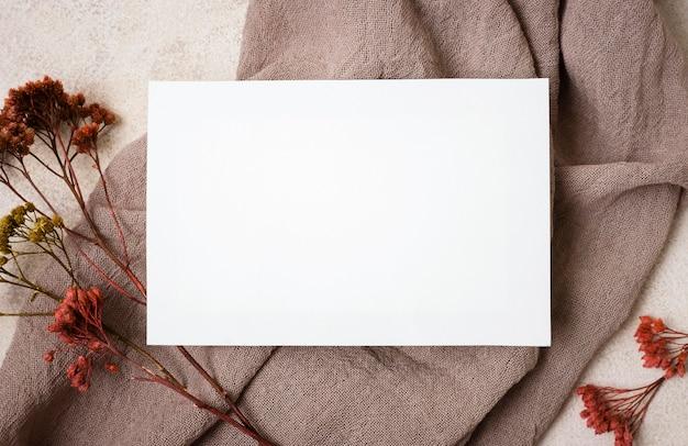 Vista dall'alto di carta con piante autunnali e tessuto Foto Premium