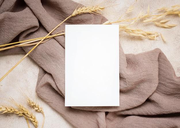 Vista dall'alto di carta con piante autunnali e tessuti Foto Premium