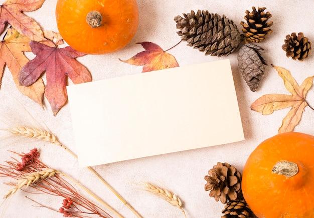 Vista dall'alto di carta con pigne e foglie d'autunno Foto Premium