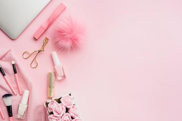 Vista dall'alto prodotti di bellezza rosa con copia-spazio Foto Premium