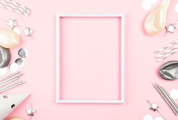 Cornice rosa vista dall'alto con decorazioni di compleanno Foto Premium