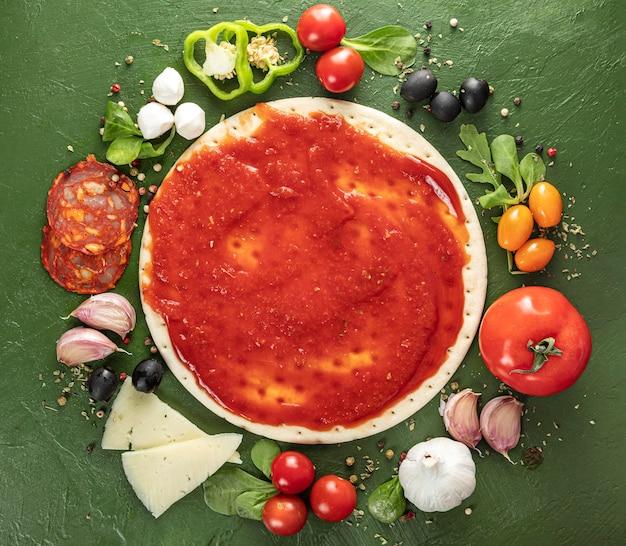 Vista dall'alto processo di fabbricazione della pizza Foto Premium