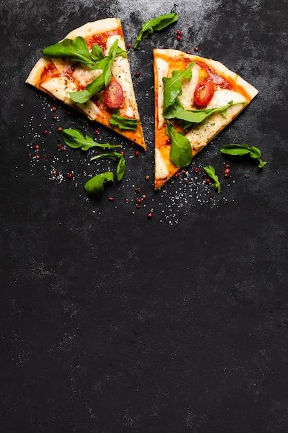 Vista dall'alto di fette di pizza con spazio di copia Foto Premium