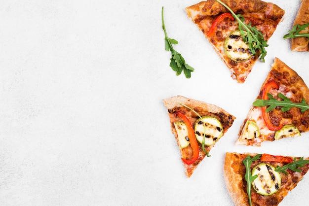 Fette della pizza di vista superiore con fondo bianco Foto Premium