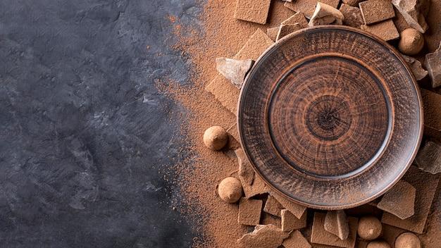 Vista dall'alto del piatto con cioccolato e cacao in polvere Foto Premium