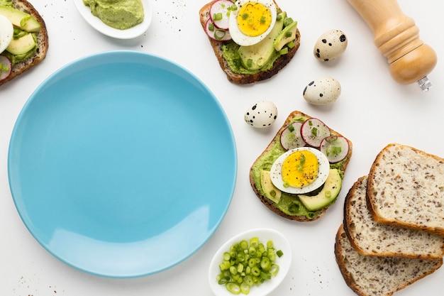 Vista dall'alto del piatto con uova e avocado panini Foto Premium
