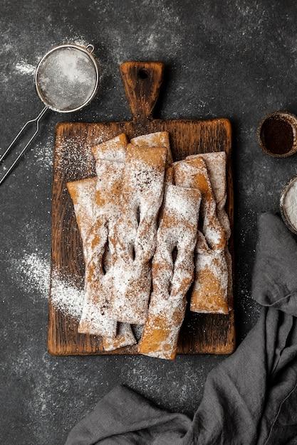Vista dall'alto di dolci di zucchero a velo con setaccio Foto Premium