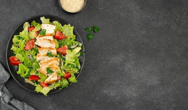 Vista dall'alto insalata con pollo e semi di sesamo con copia-spazio Foto Premium