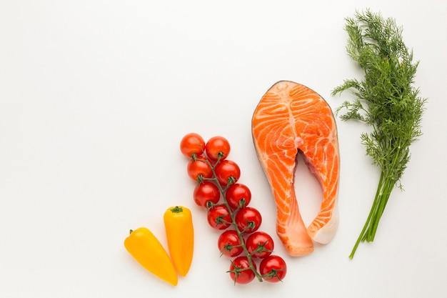 Vista dall'alto salmone e verdure Foto Premium
