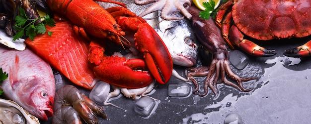 Vista dall'alto di frutti di mare sul tavolo Foto Premium