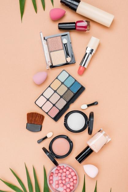 Vista dall'alto set di prodotti di bellezza su sfondo beige Foto Premium