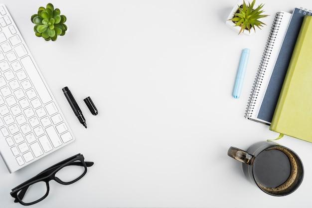 Vista dall'alto con accessori da scrivania Foto Premium