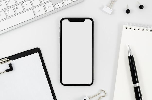 Modello di smartphone vista dall'alto sull'area di lavoro Foto Premium