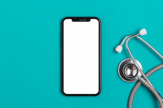 Smartphone vista dall'alto con stetoscopio Foto Premium