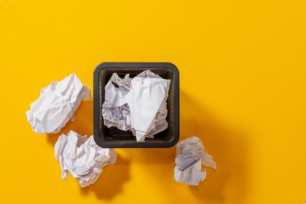 Vista dall'alto. cartoleria per penne con palline di carta stropicciata, ricerca concettuale di idee, ispirazione. Foto Premium