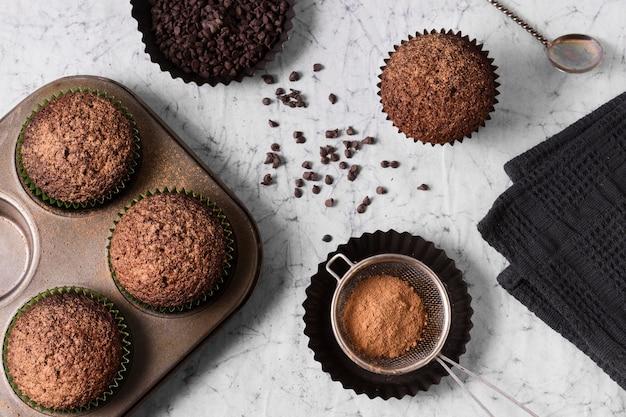 Vista dall'alto gustosi cupcakes al cioccolato pronti per essere serviti Foto Premium