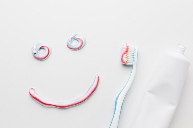 Vista dall'alto del dentifricio sorriso Foto Premium