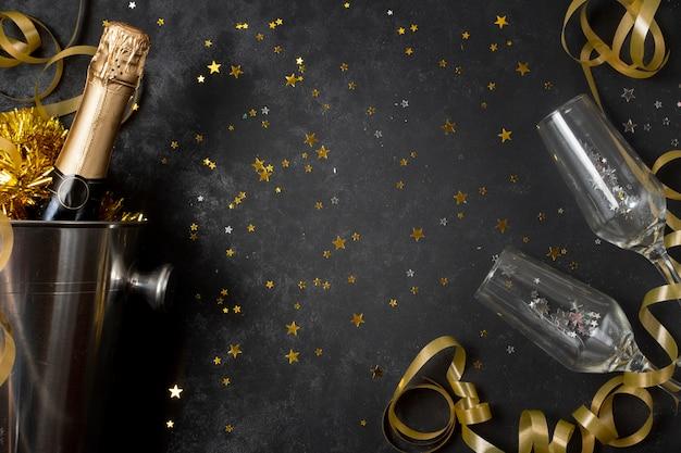 Vista dall'alto bottiglia vista dall'alto con champagne e bicchieri Foto Premium