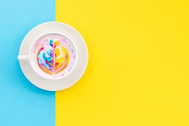 Vista dall'alto bianco tazza di caffè latte art caldo Foto Premium