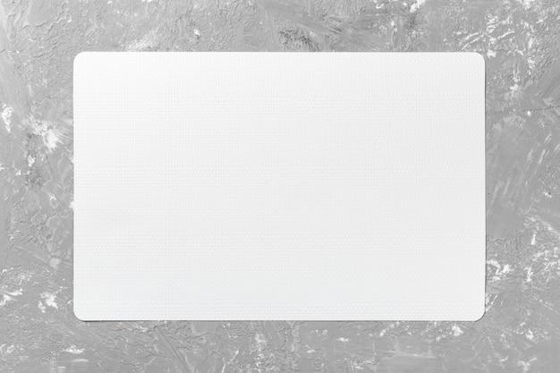 Vista superiore della tovaglia bianca per alimento sul fondo del cemento. spazio vuoto per il tuo design Foto Premium
