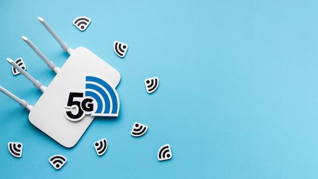 Vista dall'alto del router wi-fi con 5g e copia spazio Foto Premium