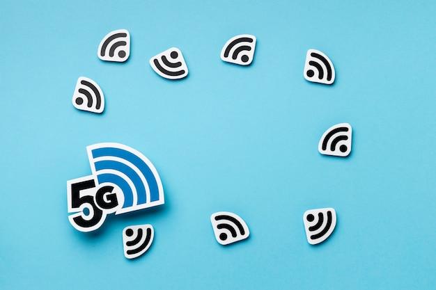 Vista dall'alto dei simboli wi-fi con 5g Foto Premium