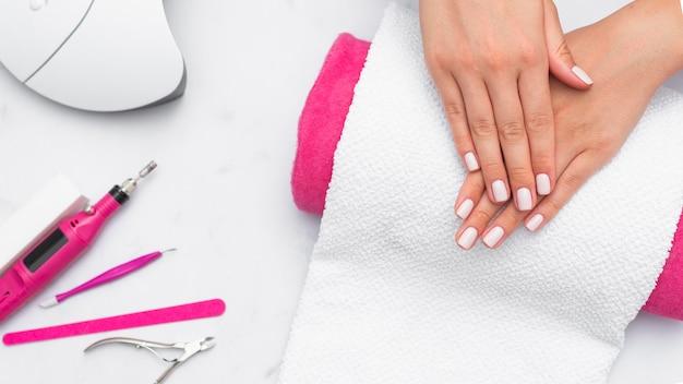 Donna di vista superiore che ottiene la sua manicure fatta al salone Foto Premium