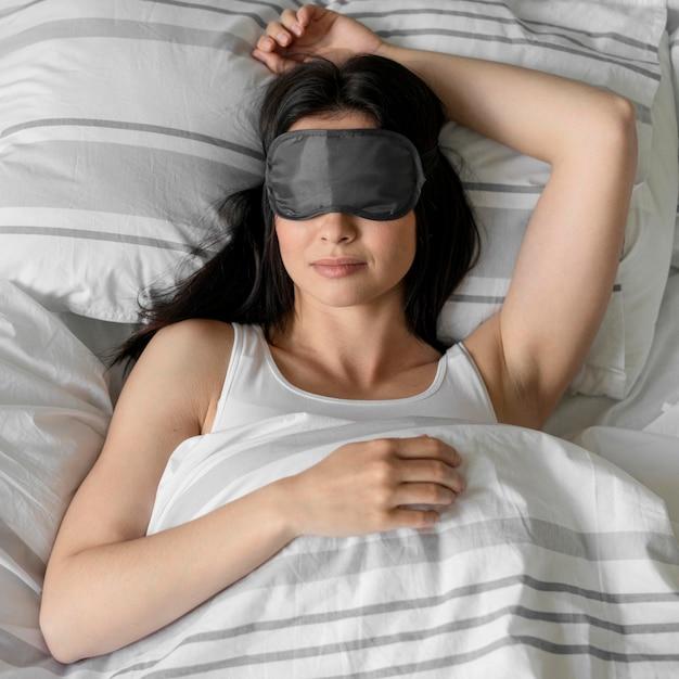 Vista dall'alto di una giovane donna che dorme Foto Premium