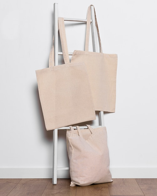 Disposizione delle borse di stoffa sulla scala all'interno Foto Premium