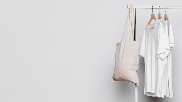 Borse di tela e camicie bianche copiano lo sfondo dello spazio Foto Premium