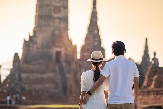 Coppia di turisti in visita al tempio wat chaiwatthanaram Foto Premium