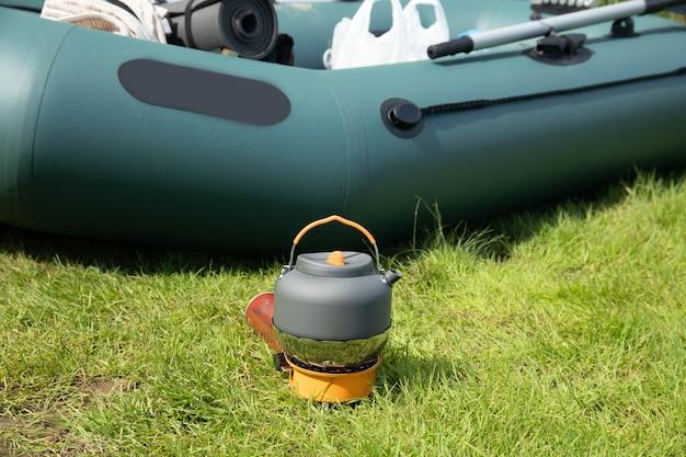 Bollitore turistico su un bruciatore a gas. cucinare in condizioni di campo. utilizzando un bruciatore a gas turistico Foto Premium