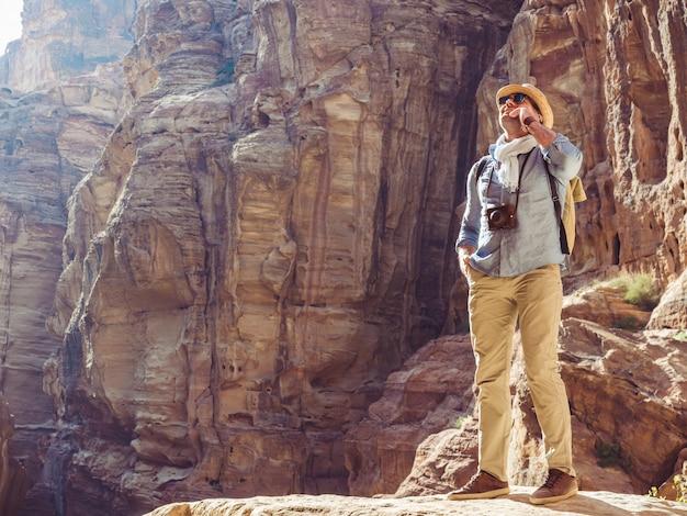Turista con una macchina fotografica d'epoca. petra, giordania. Foto Premium