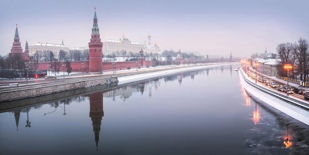 Torri e templi del cremlino di mosca sotto la neve invernale Foto Premium
