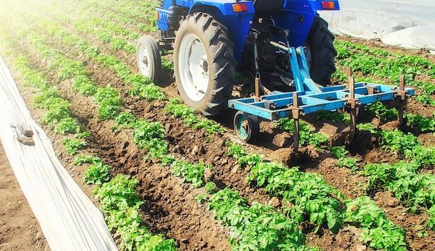Un trattore con un coltivatore elabora un campo agricolo. Foto Premium