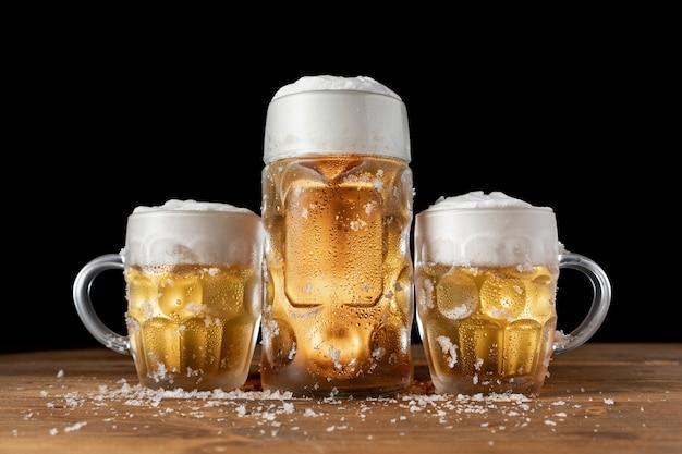 Tazze di birra bavaresi tradizionali su una tabella Foto Premium