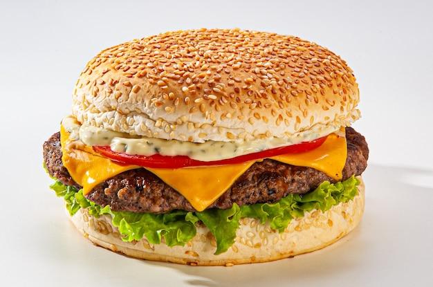 Cheeseburger brasiliano tradizionale, con pane, formaggio fuso, lattuga, pomodoro, maionese su sfondo bianco. Foto Premium